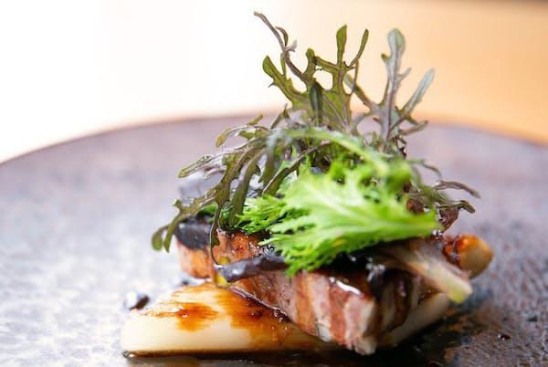 人気メニューの温前菜「ドイツ産ホワイトアスパラガスと温かいパテ、有機野菜のサラダを添えて」