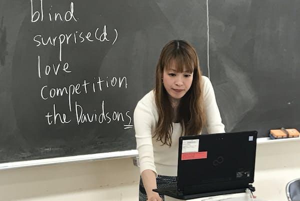 パソコンの向こうの生徒らに語りかける英語科教諭