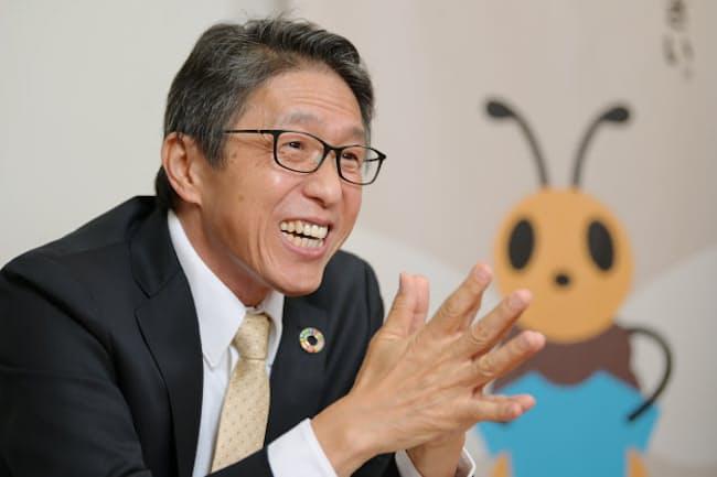 「リサイクルは身近なものが一番わかりやすい。だから服がいいんです」と話す日本環境設計会長の岩元美智彦さん。この日のシャツは自社ブランド「ブリング」のもの(東京・千代田)