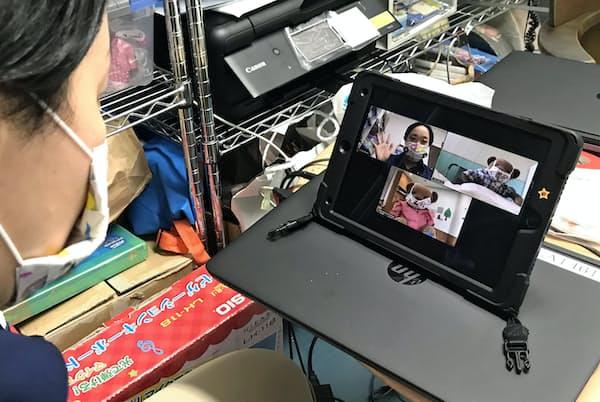 入院する小児患者の交流のため、テレビ会議システムの準備をする医療スタッフ=聖路加国際病院提供