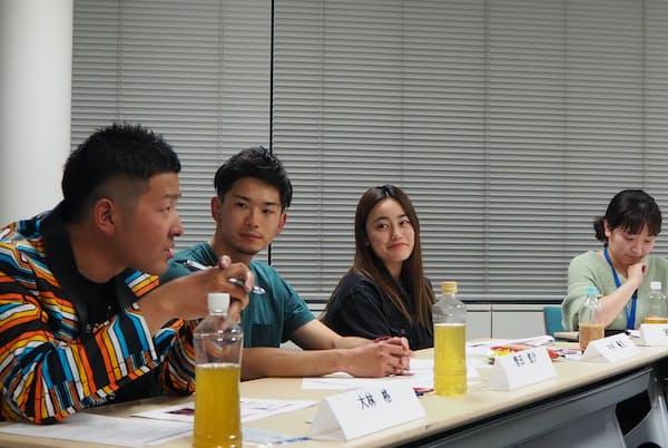 イベントの出演者。左から大林格さん、菅田悠介さん、中村優花さん。司会はU22編集長・安田亜紀代。