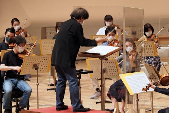 感染症対策の実証実験をした東京都交響楽団と音楽監督の大野和士(中央)