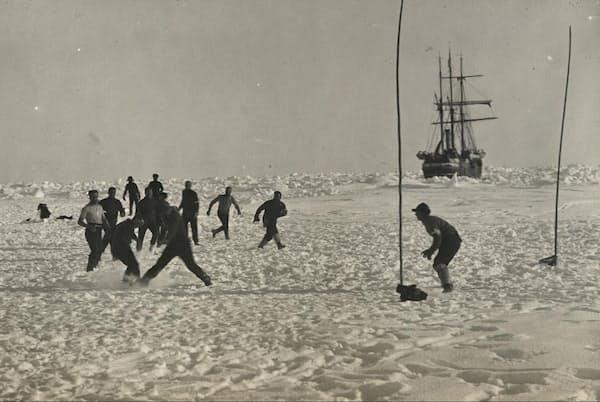 1915年、エンデュアランス号が流氷に閉じ込められ、南極探検家のアーネスト・シャクルトンと乗組員は何カ月も孤立、危険、不確実性と向き合うことになった。シャクルトンは乗組員の士気を高く維持するため、さまざまな気晴らしを考えたが、サッカーもその1つだった(PHOTOGRAPH BY FRANK HURLEY, SCOTT POLAR RESEARCH INSTITUTE, UNIVERSITY OF CAMBRIDGE/GETTY)