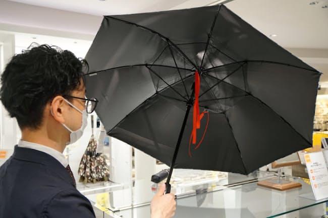 内側に小型扇風機が付いた晴雨兼用傘「ファンファンパラソル」(西武池袋本店)