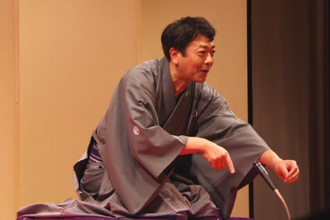 久々にファンを集めて開いた「立川談笑一門会」で高座をつとめる談笑さん(2020年6月26日)