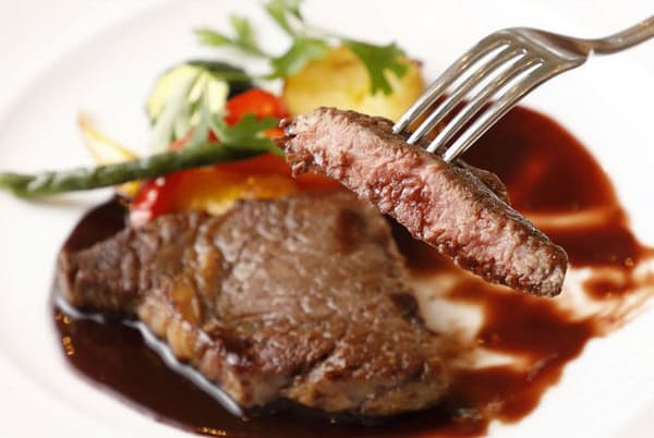 「アンガス牛のリブロースステーキ 赤ワインソース」