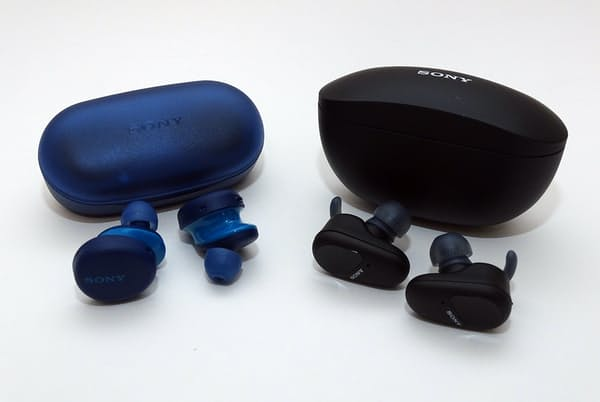 ソニーから左右独立型の完全ワイヤレスイヤホンの新製品2機種が登場した。右が「WF-SP800N」、左が「WF-XB700」