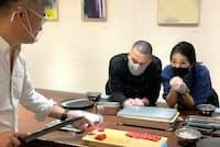 緊急事態宣言解除後に行われた握り寿司のレッスン。参加者はマスク着用で、平野さんも飛沫防止用のマウスシールドをし、コロナ感染予防に万全の注意を払う