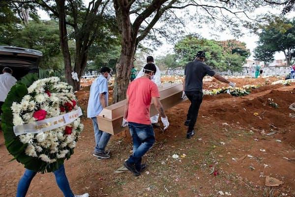 密閉された父親の棺を墓まで運ぶマノエル・ジョアキン・ダ・シウバ氏の息子たち。シウバ氏はCOVID-19の検査結果が出る前に79歳で死去した(PHOTOGRAPH BY GUI CHRIST)