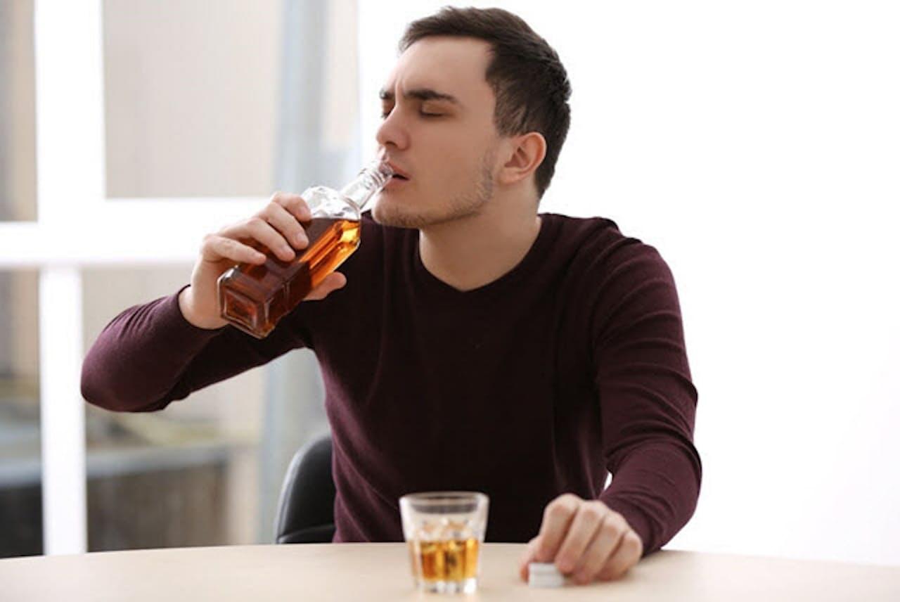 コロナ禍で酒量が増えてしまった場合、それがアルコール依存症の第一歩となる恐れがある。(c)belchonock-123RF