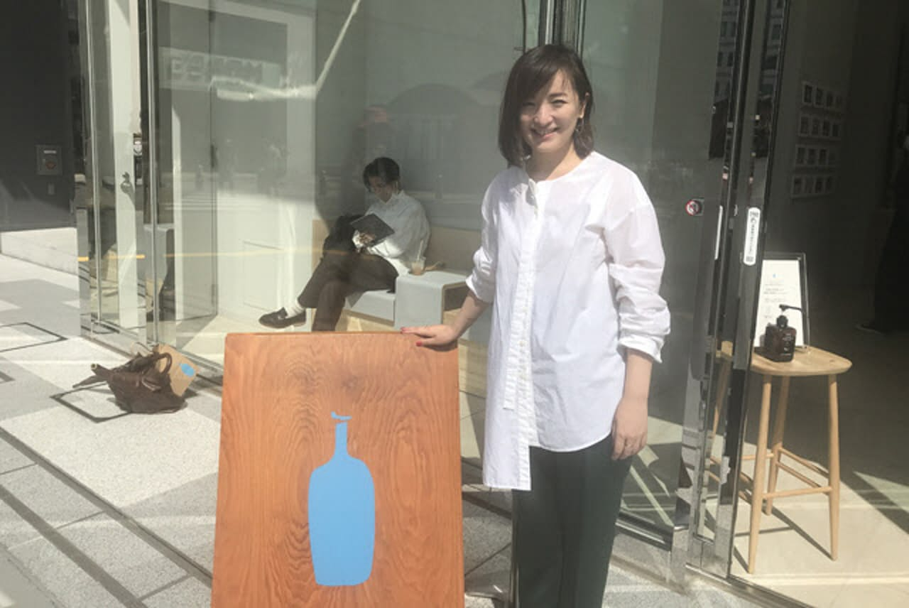 6月24日に横浜駅西口の商業施設に開業した「NEWoMan YOKOHAMAカフェスタンド」の前に立つ井川さん。高品質のコーヒーと消費者の接点を増やすためにも年間に4、5店は新設し続けたいという
