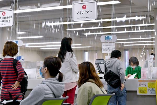 マイナンバーカードの手続きに訪れた人で混雑する窓口(5月13日、大阪市の中央区役所)
