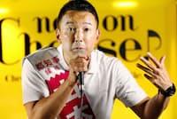 東京都知事選で有権者に支持を訴える山本太郎氏。白いポロシャツが定番だ(7月4日、東京都新宿区)=共同