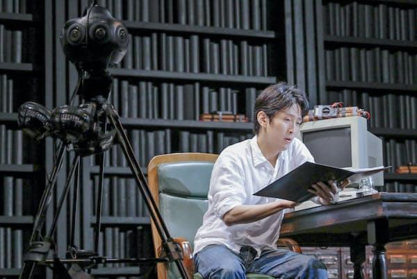 VR映像を配信する演劇「Defiled」。俳優(成河)の隣に球状のカメラがある=西村 淳撮影