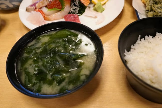 「びんび家」の定食には鳴門わかめがたっぷり入った味噌汁が付く
