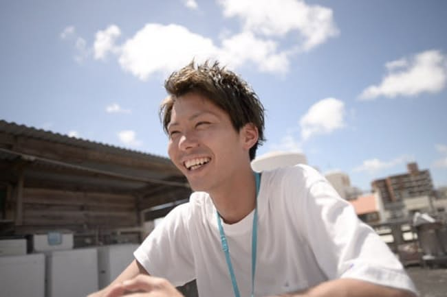 小川大智さんはノマド経験が豊富だ(沖縄のゲストハウスでの仕事風景)