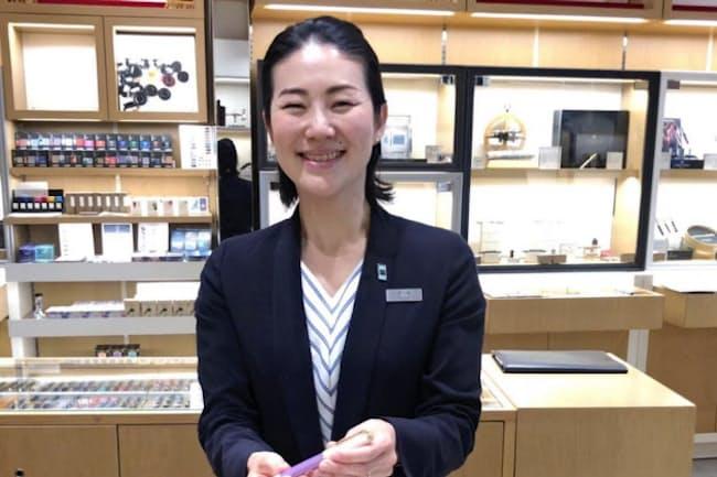 伊藤さんは客との会話を通じて最適な万年筆を提案する