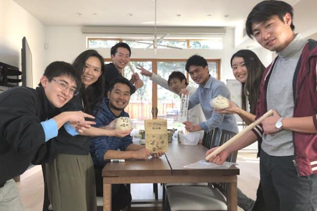 江さん(写真左から2番目)らが立ち上げた留学支援団体の活動の様子