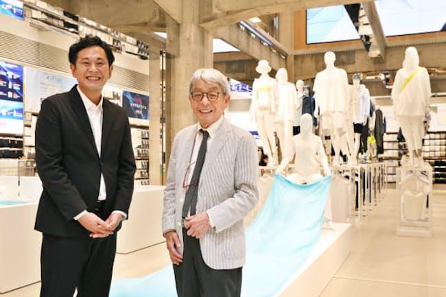「UNIQLO TOKYO」で新たな売り場作りについて語り合う工藤店長(左)と石津祥介さん(東京都中央区)