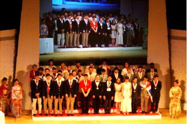 国際科学オリンピックの中で日本が初めてホスト国をつとめた2003年国際数学オリンピックの表彰式(東京・代々木)=数学オリンピック財団提供
