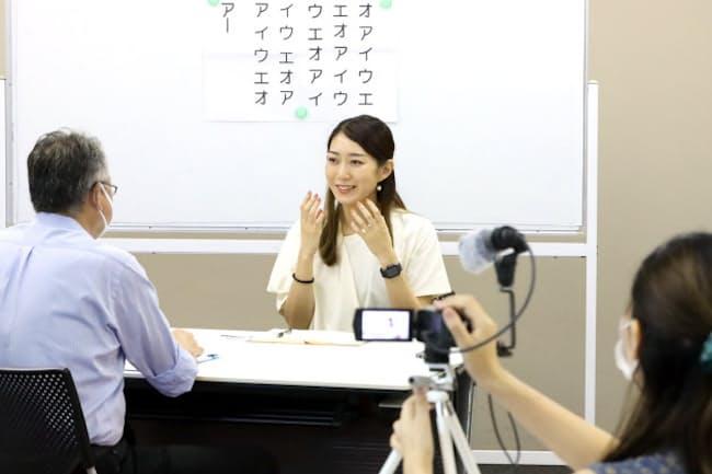 会話をビデオカメラで撮影し自分の話し方を確認する(東京都港区のヒューマン話し方教室)=藤澤 卓也撮影