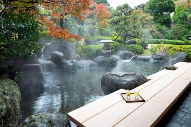 「星野リゾート 界 伊東」の足湯。屋外で美しい庭園を目の前にすると癒やされるのがわかる