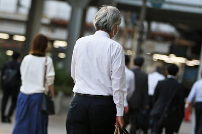 シニア世代の通勤風景(東京・田町)