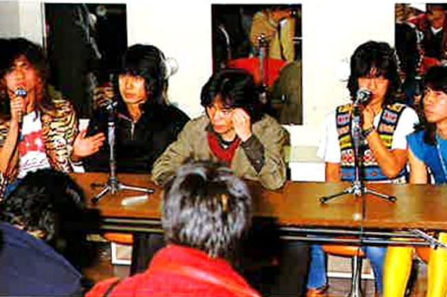1981年2月18日に解散宣言をして、記者会見に臨んだ(右から2番目が井上氏)
