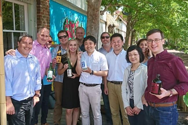 米国を訪問した時の李白酒造5代目蔵元、田中裕一郎さん(中央)