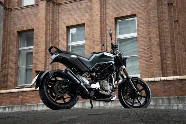 """""""黒い矢""""を意味する「スヴァルトピレン」。250ccクラスのエンジンを搭載した今回のモデルは、2020年4月に発表された(写真:向後一宏、以下同)"""
