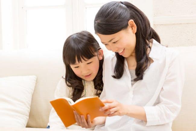 知的好奇心が広がる時期だからこそ、低学年にも読み聞かせを(写真はイメージ=PIXTA)