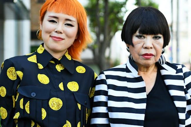 藤原史織さん(左)とファッションデザイナーのコシノジュンコさん
