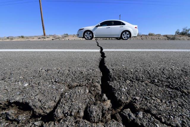 2019年7月4日に発生したリッジクレスト地震(マグニチュード6.4)で、米カリフォルニア州トローナ付近の道路に生じた亀裂(PHOTOGRAPH BY FREDRIC J. BROWN, AFP VIA GETTY IMAGES)