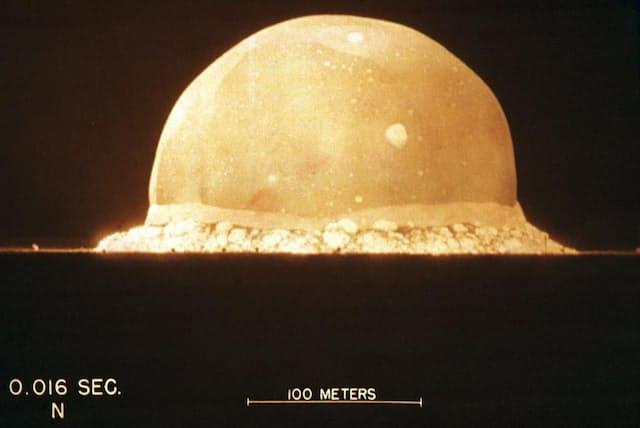 「核の時代」の幕開けから0.016秒後。毎秒1万コマのハイスピードカメラ「ファスタックス」がとらえた爆発のドーム。ほんの一瞬、熱い砂の上に現れた半円型ドームは、驚くほど表面が滑らかだった(PHOTOGRAPH VIA GETTY)