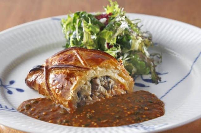 看板メニュー「タラバガニと蟹(カニ)味噌スクランブルエッグのパイ包み焼き」