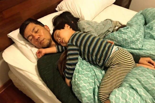 中嶋さんはパラグアイで子育てに奮闘し、子供と一緒に眠る日々だった