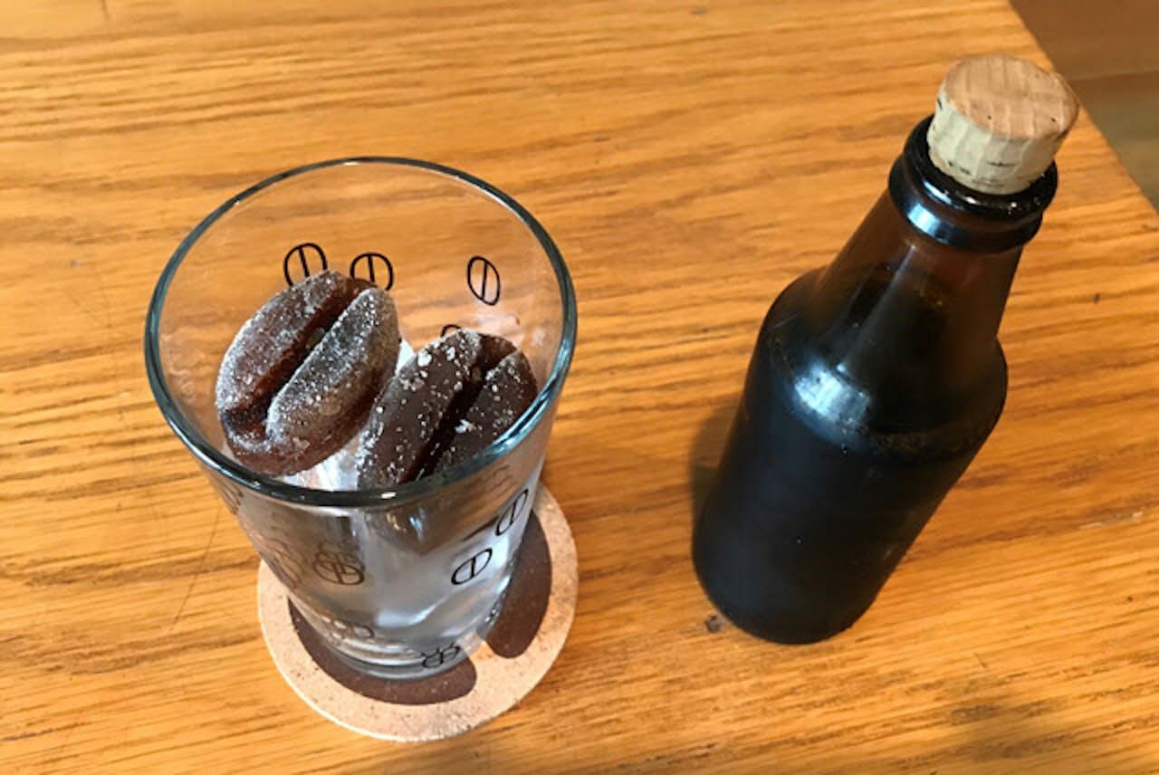 「カフェ グラッセ」のグラスに入ったコーヒー豆形の氷は、米国製のシリコーン製氷皿でつくる。オリジナルグラスにも豆のイラストが