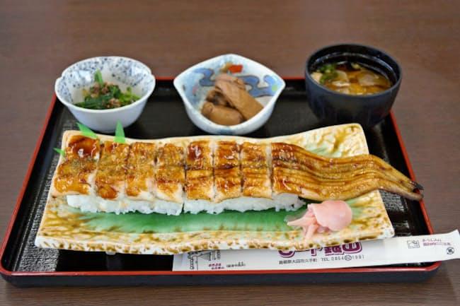 「道の駅ロード銀山」の穴子寿司は大きさに圧倒される