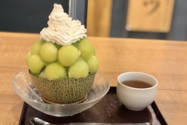 夜は居酒屋の「博多屋大吉」は、昼の「純氷かき氷 大吉」で「丸ごとメロンミルク」(税込み1350円)を提供する