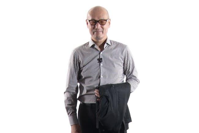夏のジャケットの持ち方を説明するファッションディレクターの森岡弘氏
