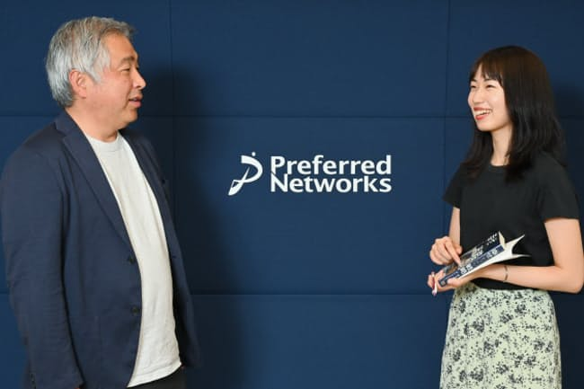 プリファード・ネットワークスCMOの富永朋信さん(左)とマーケター志望の立教大学4年、横塚奈保子さん(右)