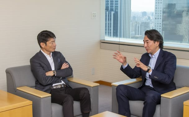 JTインターナショナル シニア・バイス・プレジデントの筒井岳彦氏(右)とボストンコンサルティンググループ日本代表の杉田浩章氏