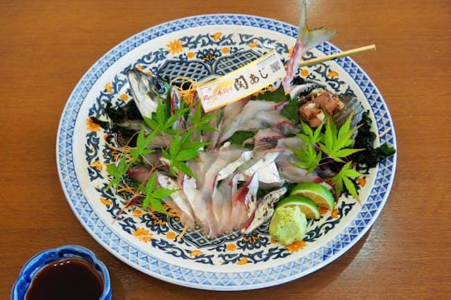 「白木海岸のレストラン」は関あじを店内で手早くさばいて提供する