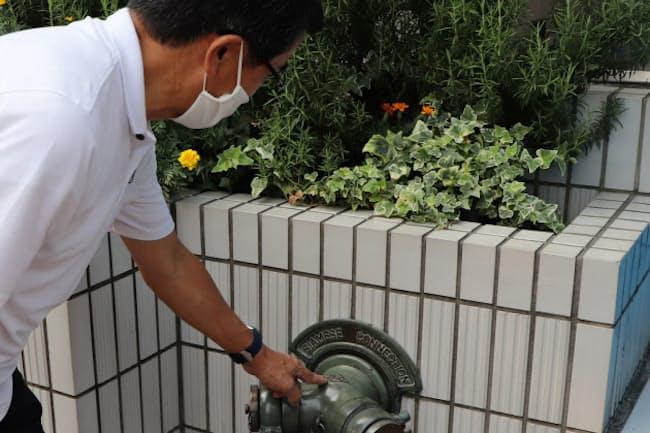 送水口などの構造物を探すのも散歩の楽しみの一つだ(8月、東京都港区の路上)
