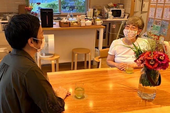認定NPO法人マギーズ東京に来訪した人(左)の相談を受ける共同代表理事の秋山正子さん(右)=同法人提供