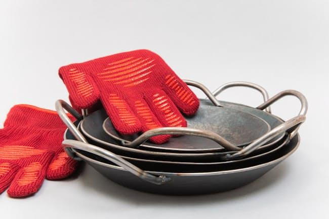 消防士の防火服の素材で作られたオーブングローブや日本オリジナルのタークの両手鍋など、「おうちBBQ」がぐんと本格的になる道具を紹介