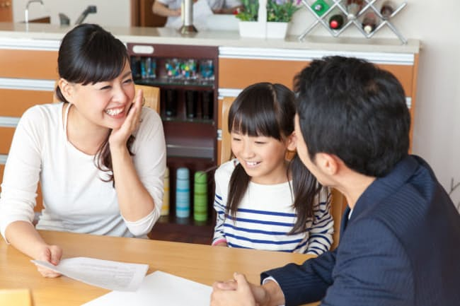 家族でマネー会議をしよう(写真はイメージ=PIXTA)