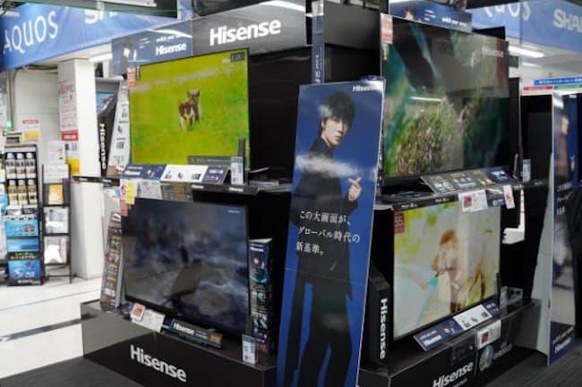 ビックカメラ有楽町店のテレビ売り場にはハイセンス製品のコーナーが設けられている。アンバサダーである俳優綾野剛さんの等身大ポップで来店客にアピールしている