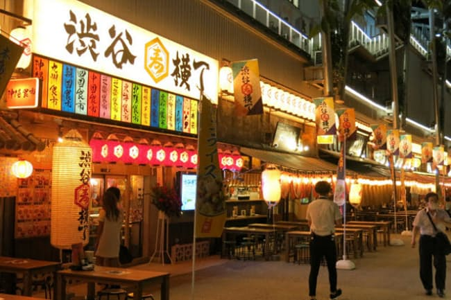 「RAYARD MIYASHITA PARK(レイヤード ミヤシタパーク)」内に8月4日オープンした飲食店街「渋谷横丁」。巨大横丁に誰もが目を引き付けられる
