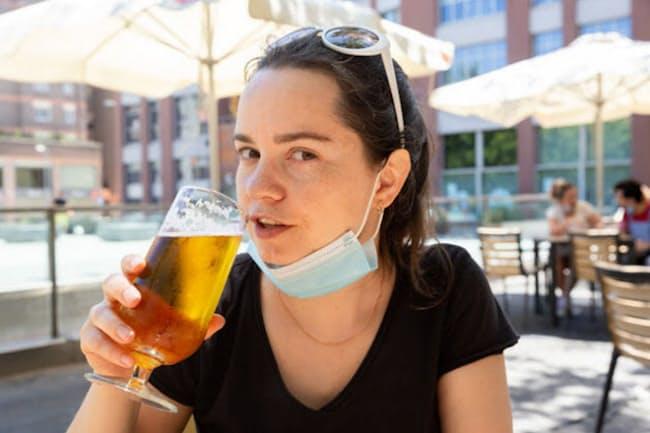 飲酒により免疫力が下がり、肺炎のリスクが上がってしまうという研究結果がある。(c) Iakov Filimonov-123RF